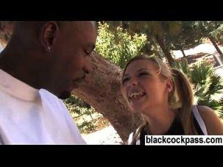 그녀가 원하는 검은 스터드를 만나는 백인 소녀