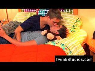twinks xxx 당신은이 두 열렬한 젊은이들을 볼 수 있습니다.