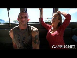 동성애자와 구두 봉사를 만족시킨다.