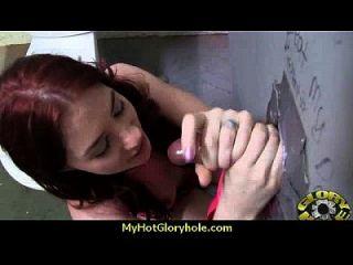 흑단 하이틴은 gloryhole 1에서 그녀의 입으로 기술을 보여줍니다