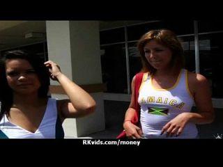 매춘부는 섹스 2를 지불하고 테이프를 얻습니다.