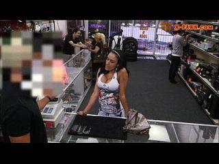 큰 가슴의 라티나가 머리를 내고 현금을 위해 두들겨 댔다.