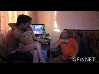 소년은 아무도 모르는만큼 그녀를 강타한다.