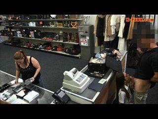 섹시한 라티 나 스튜어디스가 전당포에서 그녀의 음부를 보았다.