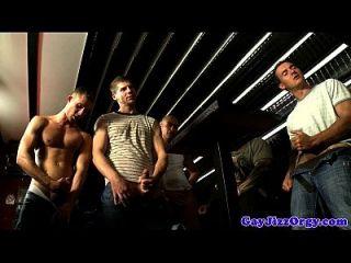 그룹 섹스 게이 헌크가 짐을 부 풀린다.