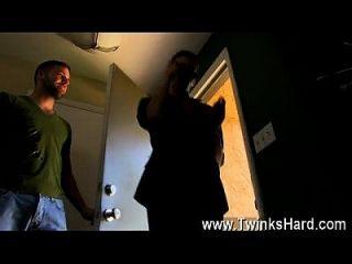 게이 섹스 dustin 쿠퍼는 노인에게 시도를주고 싶어하고 그는 끝납니다.