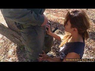 뜨거운 갈색 머리 멕시코 소녀 잡히고 국경 순찰대에 의해 범해진다. 1 2