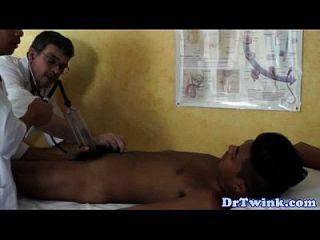 트윙크와 조수가 환자에게 bj를 준다.