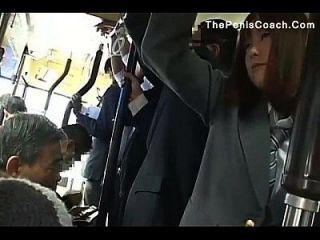 여학생은 버스에서 입으로 빨래를해야한다.