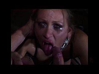 맹인은 밝은 사슬로 묶여 있었고 두 배는 그녀의 성기에 침투했다.