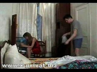 러시아 소년 강제로 삼키고 삼키기 위해 강제로 엄마