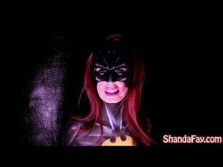 캐나다 milf shanda fay는 batgirl이고 큰 장난감으로 내립니다!