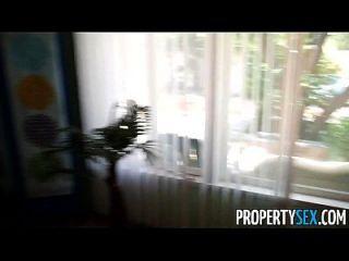 propertysex 뜨거운 몸집이 작은 부동산 중개인은 고객과 하드 코어 섹스 비디오를 만듭니다