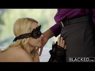 검은 금발 예쁜 여자 아내와 그녀의 흑인 연인