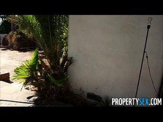 부동산 섹스 절망적 인 부동산 중개인이 카메라를 집에 팔다
