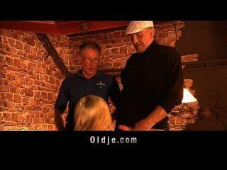 관광객 할아버지는 술집에서 미국 병아리를 엿합니다