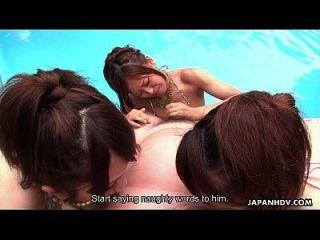 수영장에서 자지를 빨아 먹는 많은 아시아 난장이