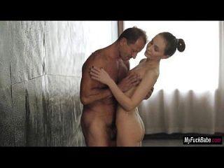 베이비 nataly 폰 샤워에서 몇 가지 아침 섹스를 가져옵니다.