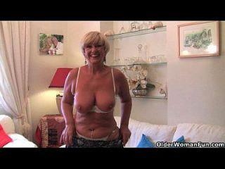 큰 가슴을 가진 영국 할머니는 그녀의 성 장난감 수집과 자위한다.