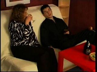 러시아 엄마는 그녀의 소년과 와인을 마셨다.