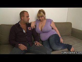 그는 뚱뚱한 금발의 bbw를 집어 들다.