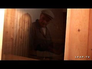 libertine francaise sodomisee au 사우나 dans un plan 3 avec papy voyeur