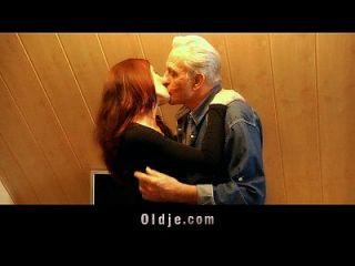 노인은 젊은 음모 성적으로 감사를받습니다.