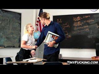 몸집이 작은 금발 여학생이 교실에서 그녀의 마음에 성기를 갖습니다.