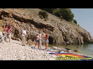 그룹 승마 거시기에서 해변 아마추어 아가씨