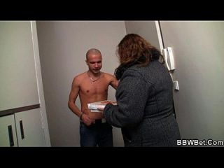 그는 섹스를 뚱뚱한 여자를 속인다.