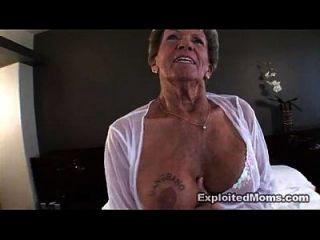 오래 된 할머니는 그녀의 엉덩이 항문 interracial 비디오에서 큰 검은 수 탉을 걸립니다.
