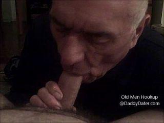 할아버지 silverdaddy는 자지 않은 자지에서 정액을 삼켜 내 발가락을 핥습니다.