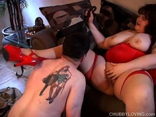 붉은 색의 큰 아름다운 여인은 섹스를 사랑한다.