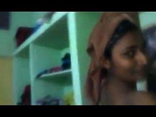 그녀의 개인 드레스 변경 방을 보여주는 swathi naidu