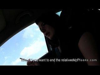 운전하는 동안 차에 주술을주는 좌초 된 십대