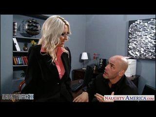 섹시한 금발의 엠마 스타가 사무실에 못 박히다.