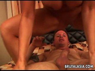 가슴이 가득하고 진짜 뜨거운 아시아 암캐가 엉덩이를 좆 되네.
