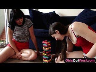 서쪽 창백한 아마추어 레즈비언 소녀들은 멋진 림을 준다.
