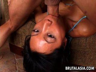 뜨거운 깊은 목구멍 후 그녀는 보지를 얻는다.