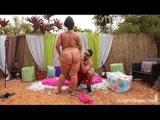섹시한 검은 색 bbw 그녀의 엉덩이가 거대한 거시기에 의해 망할있다