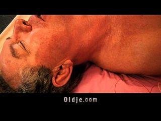올드만은 그의 통제 할 수없는 성적 욕구를 엿 먹인다.