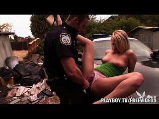 플레이 보이 뜨거운 금발 하이틴은 경찰에 의해 두드리게된다.