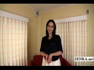 날씬하고 키가 큰 일본 여자가 자신있게 벗고 자막을 벗겼습니다.