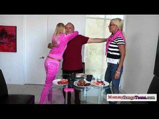 busty 스웨덴어 milf 그녀의 의붓 딸을 빌어 먹을 bf