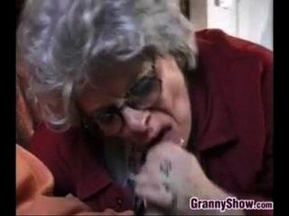 할머니, 섹스를하는이 젊은 남자.
