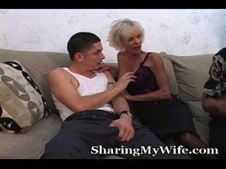 늙은 엄마는 남편 앞에서 젊은 녀석을 다.