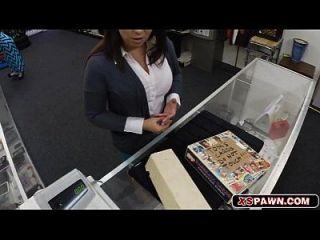 달콤한 뜨거운 베이비 그녀의 다리를 현금으로 퍼뜨렸다.