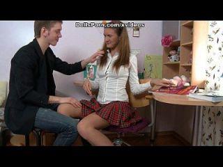 그녀의 첫 항문 섹스 세션 비디오에서 변태 대학 소녀