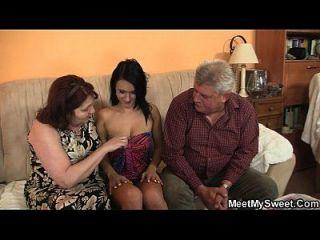그녀의 남자 친구는 3 명의 가족과 함께 가족과 함께 온다.