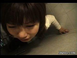 뻔뻔스러운 아시아 걸레 강아지 스타일은 화장실에 좆